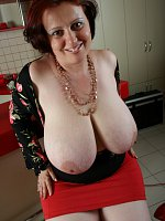 Giant tits milf letting her big breasts down