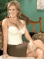 MILF bombshell donging it in living room